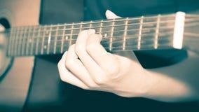 Homme toujours de la vie jouant la guitare images stock