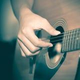 Homme toujours de la vie jouant la guitare image libre de droits