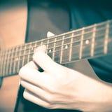 Homme toujours de la vie jouant la guitare Photographie stock