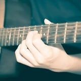 Homme toujours de la vie jouant la guitare photo libre de droits