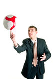 Homme tournant un football sur son doigt images stock