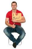 Homme très heureux avec le signe de l'amour d'I moi-même Image stock