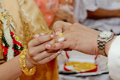 Homme traditionnel thaïlandais fermé- mettant l'anneau de mariage sur le processus de fiançailles Photos stock