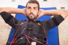 Homme travaillant à l'électro machine musculaire de stimulation Photos stock