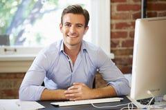 Homme travaillant à l'ordinateur dans le bureau contemporain photo libre de droits