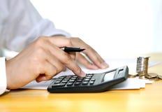 Homme travaillant à la comptabilité Image libre de droits