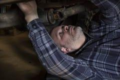 Homme travaillant à la voiture Photos stock
