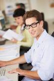 Homme travaillant au bureau dans le bureau créatif occupé photo libre de droits