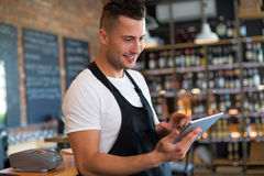 Homme travaillant au café Image libre de droits