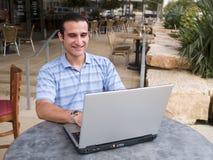 Homme travaillant au cahier Images libres de droits