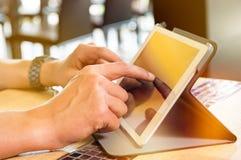 Homme travaillant au comprimé numérique Photographie stock libre de droits