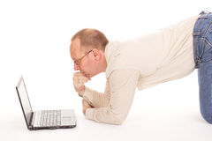 Homme travaillant au-dessus de l'Internet à la maison Photos stock