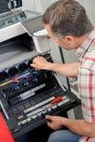 Homme travaillant au photocopieur images stock