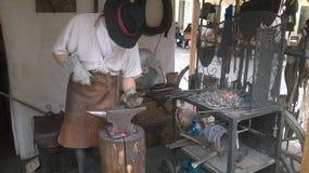 Homme travaillant avec du fer Photographie stock libre de droits