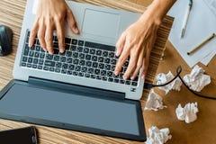 Homme travaillant avec l'ordinateur portatif Image libre de droits