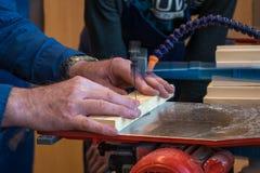 Homme travaillant avec la scie de rouleau Image libre de droits