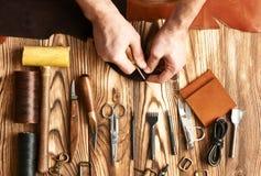 Homme travaillant avec le cuir photo libre de droits