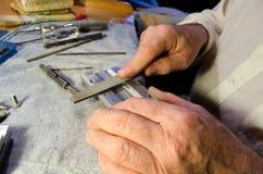 Homme travaillant avec le détail en métal photos stock