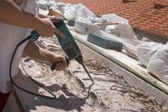 Homme travaillant avec le marteau électrique Images libres de droits