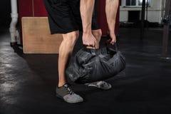 Homme travaillant avec le sac de forme physique Photos stock