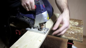Homme travaillant avec un puzzle clips vidéos