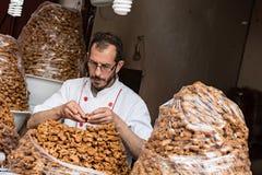 Homme travaillant dans Fès Maroc Photographie stock