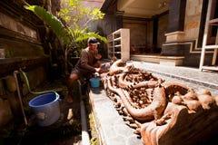 Homme travaillant dans l'atelier sur Bali Photographie stock libre de droits