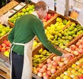 Homme travaillant dans l'épicerie Photographie stock libre de droits