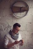 Homme travaillant dans le bureau de démarrage Photographie stock libre de droits