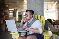 Homme travaillant dans le bureau de démarrage Photo libre de droits