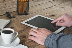 Homme travaillant dans le bureau utilisant la tablette Photos libres de droits