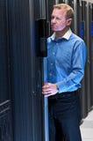 Homme travaillant dans le datacenter photo libre de droits