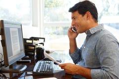 Homme travaillant dans le Home Office image stock