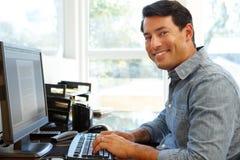 Homme travaillant dans le Home Office image libre de droits