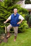Homme travaillant dans le jardin Image stock