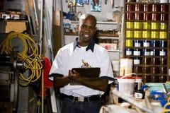 Homme travaillant dans le magasin d'estampes images stock