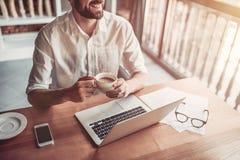 Homme travaillant en café Image libre de droits