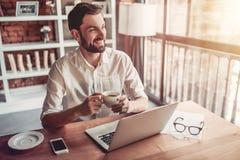 Homme travaillant en café images libres de droits