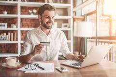 Homme travaillant en café photos stock