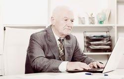 Homme travaillant productivement Image libre de droits