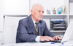 Homme travaillant productivement Images libres de droits
