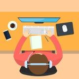 Homme travaillant sur l'ordinateur illustration de vecteur