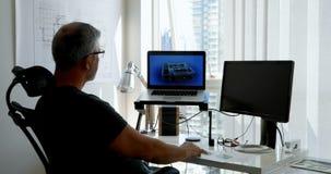 Homme travaillant sur l'ordinateur portable sur le bureau 4k clips vidéos