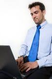 Homme travaillant sur l'ordinateur portatif Photographie stock
