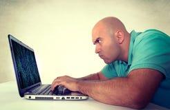 Homme travaillant sur l'ordinateur portatif photos libres de droits
