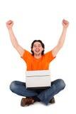 Homme travaillant sur l'ordinateur portatif Image libre de droits