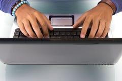 Homme travaillant sur l'ordinateur portatif Photo libre de droits