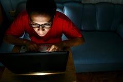 Homme travaillant sur un ordinateur portable Images libres de droits