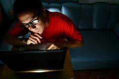 Homme travaillant sur un ordinateur portable Photographie stock