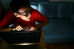 Homme travaillant sur un ordinateur portable Images stock
